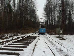 Innan vi körde in vagn 143 i verkstan tog vi en liten sväng med den på banan. Vi fick hacka is vid två vägövergångar och lyckades ta oss till hållplatsen Östersjön.