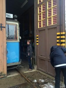 Jesper och Christoffer skall just plocka ut ganska tight parkerade vagn 143 ur Vagnhallen.