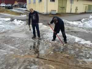 Michael och Christoffer smälter och hackar bort is från spåret till verkstan. Uppdraget var att flytta färdigservade vagn 186 till Vagnhallen och istället köra in vagn 143 i verkstan så att teknikgänget kan börja jobba med den direkt nästa helg.