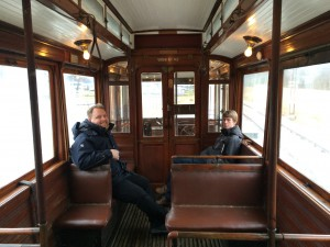 Christoffer och Jesper njuter av åkturen i vagn 143.