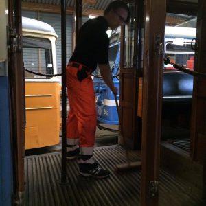 Jakob städar vagnar.