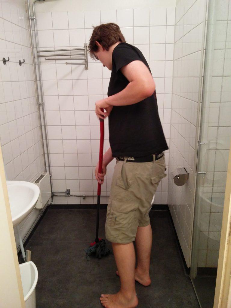 Medan Victor moppar golvet i en av våra toaletter...