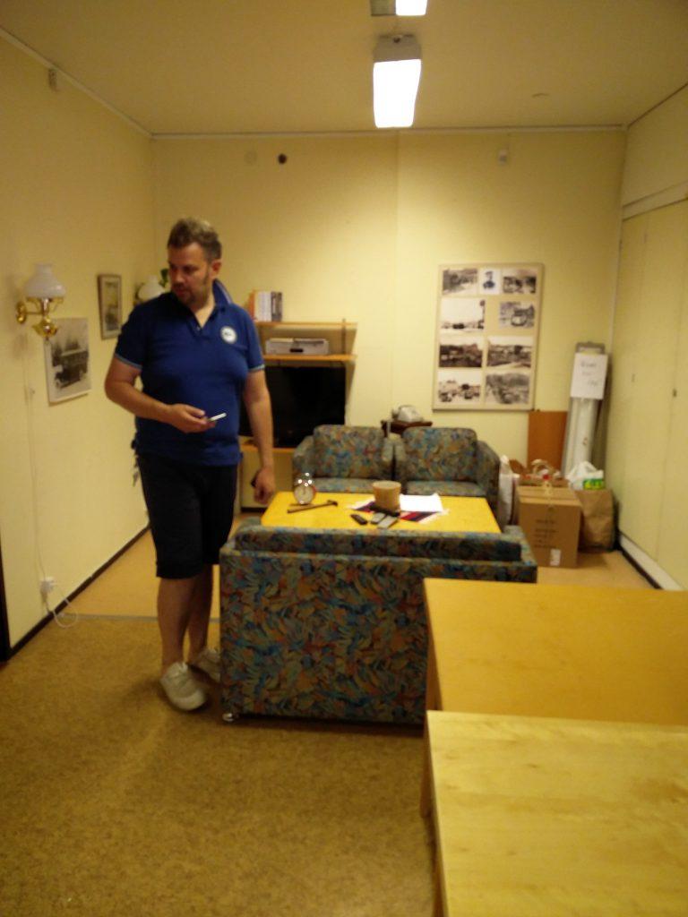 Petrus inspekterar lilla braxrummet för att se att allt är städat.