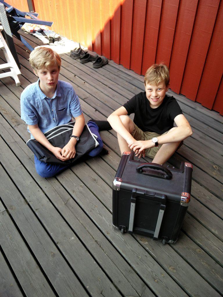 Calle och Max tar en välförtjänad paus