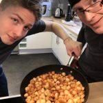 Matlagningspaus och Tobias och jag passar på att utforska hur man tar bästa selfin tillsammans med en stekpanna råstekt potatis...